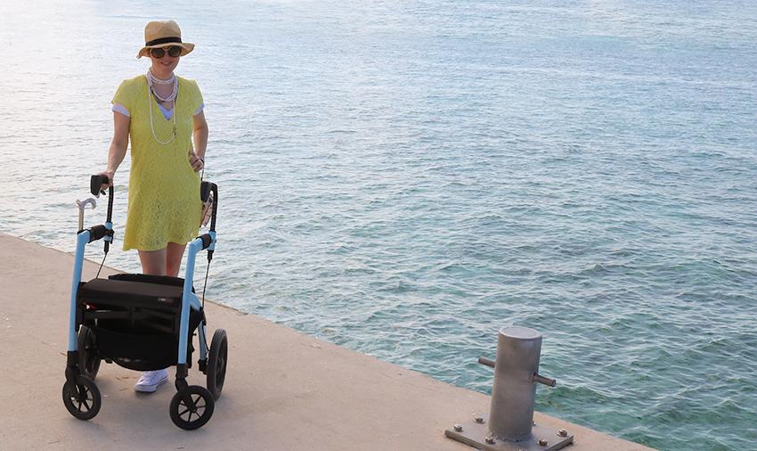 Femme atteinte de sclérose en plaques profitant d'une journée avec un rollator Rollz Motion
