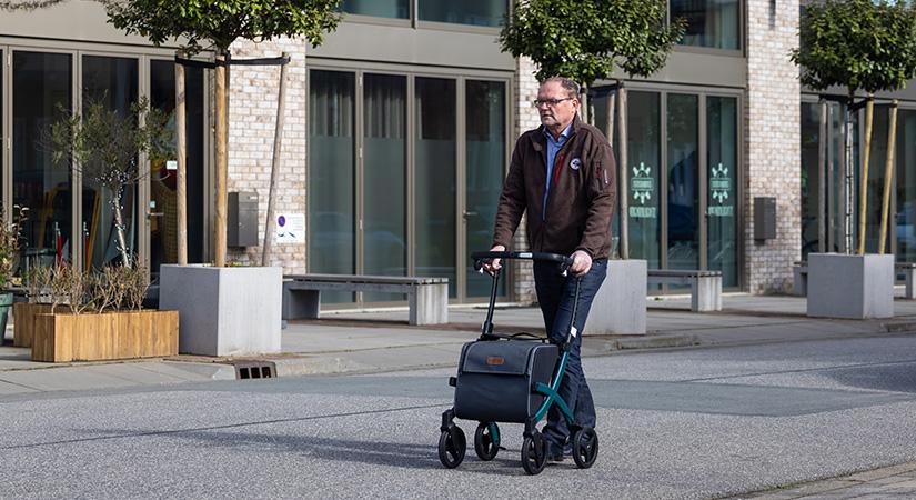 Homme marchant avec le nouveau déambulateur Rollz Flex 2 dans la ville