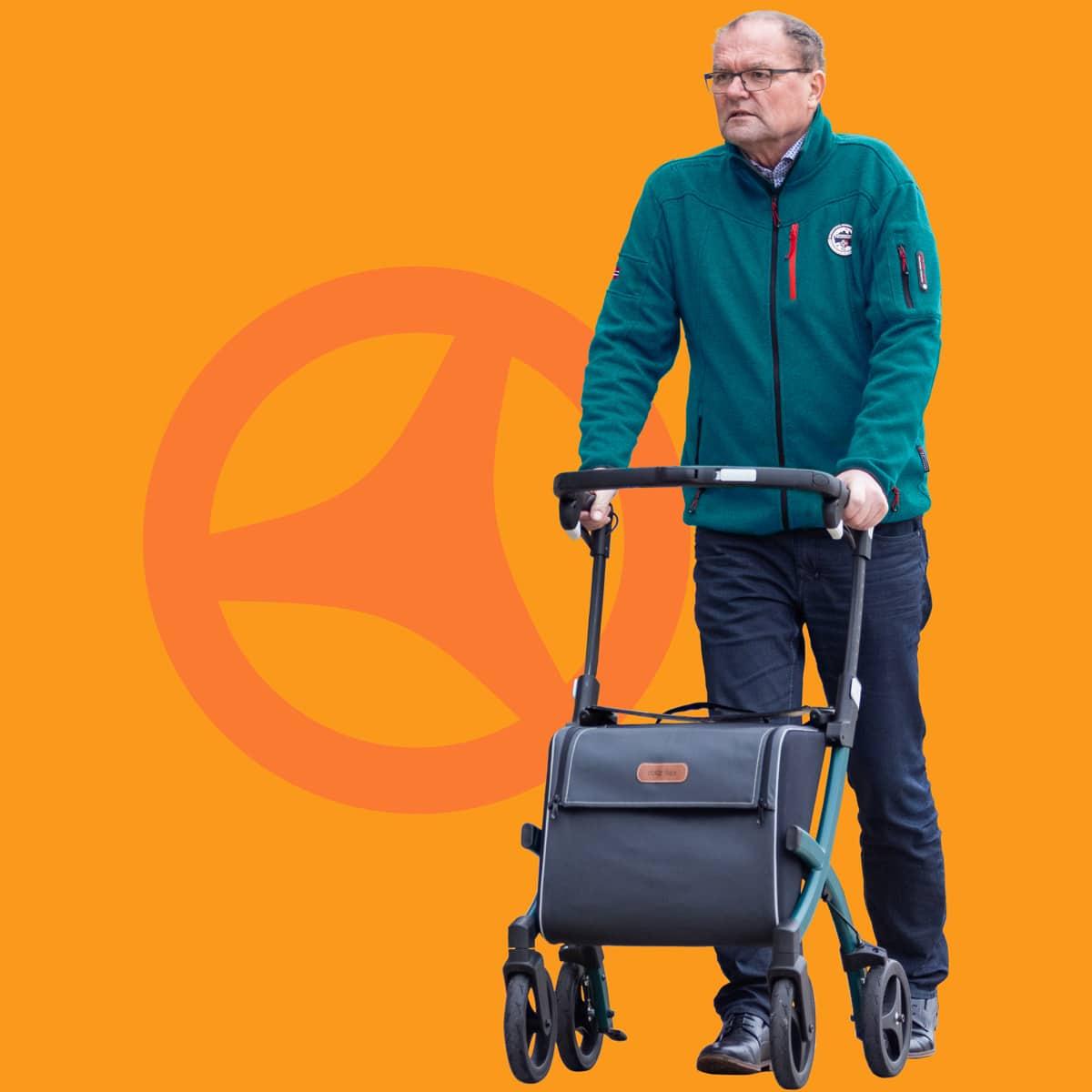 Homme marchant avec un déambulateur Rollz Flex avec un grand sac de courses